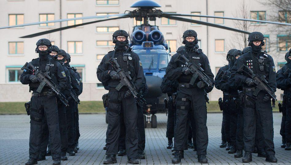 """Mitglieder der Spezialeinheit """"BFE+"""" der Bundespolizei (im Dez. 2015 in Ahrensfelde)"""