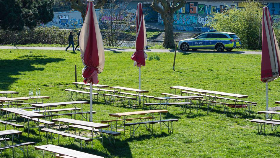 Polizeistreife am Saarufer: Auch Ostern soll es hier leer bleiben