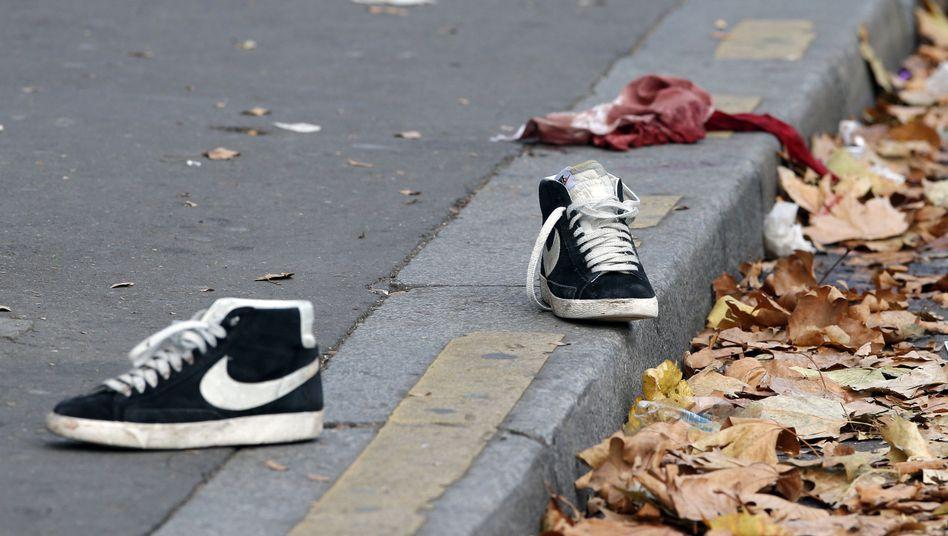 Kleidungsstücke vor dem Bataclan nach dem Attentat vom 13.11.2015