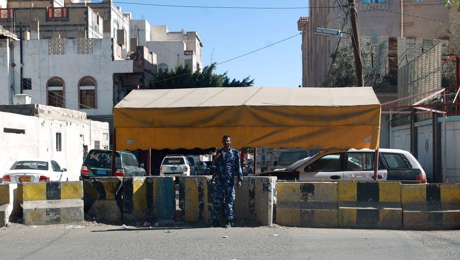 Straßensperre vor deutscher Botschaft in Sanaa: Diplomaten sind abgezogen