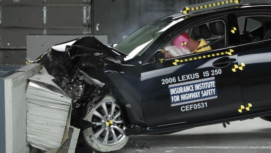 Crashtest: Ein Lexus IS 250 bei einer bisher in den USA durchgeführten Simulation
