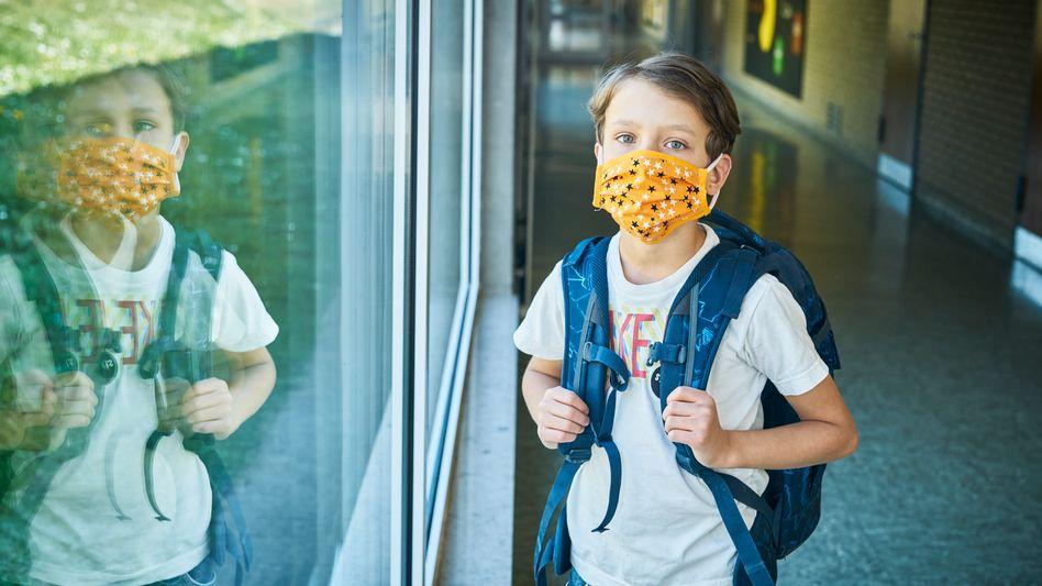 """Grundschüler mit Maske (Archiv): """"Eine Plexiglasscheibe vor Mund und Nase reicht eben nicht"""""""