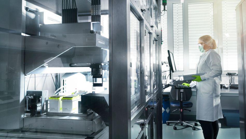 Biontech-Mitarbeiterin im Labor: Mehr Tempo bei der Impfstoffproduktion