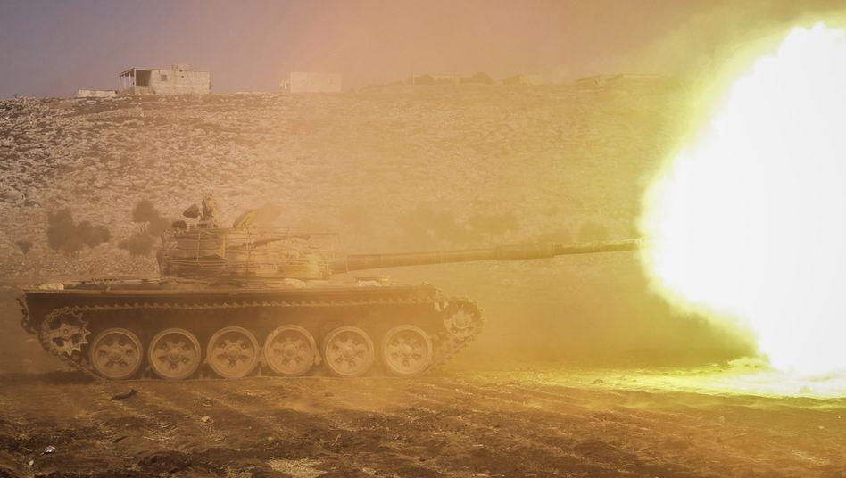 Ein Panzer der bewaffneten syrischen Opposition im syrischen Idlib