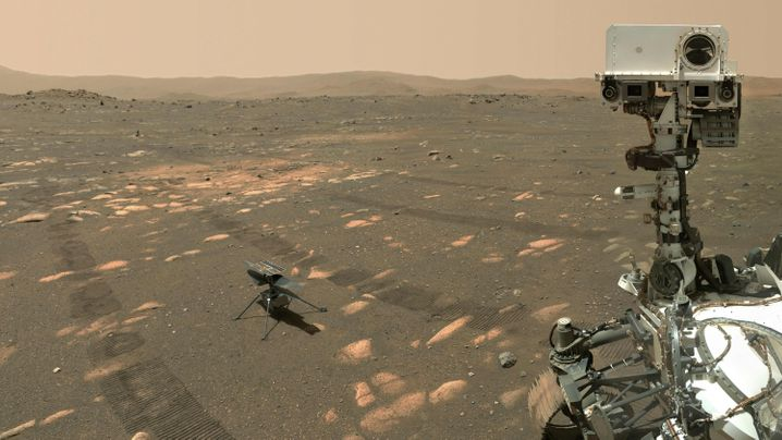 A selfie with the rover: Perseverance (right) carried the Ingenuity helicopter to Mars.