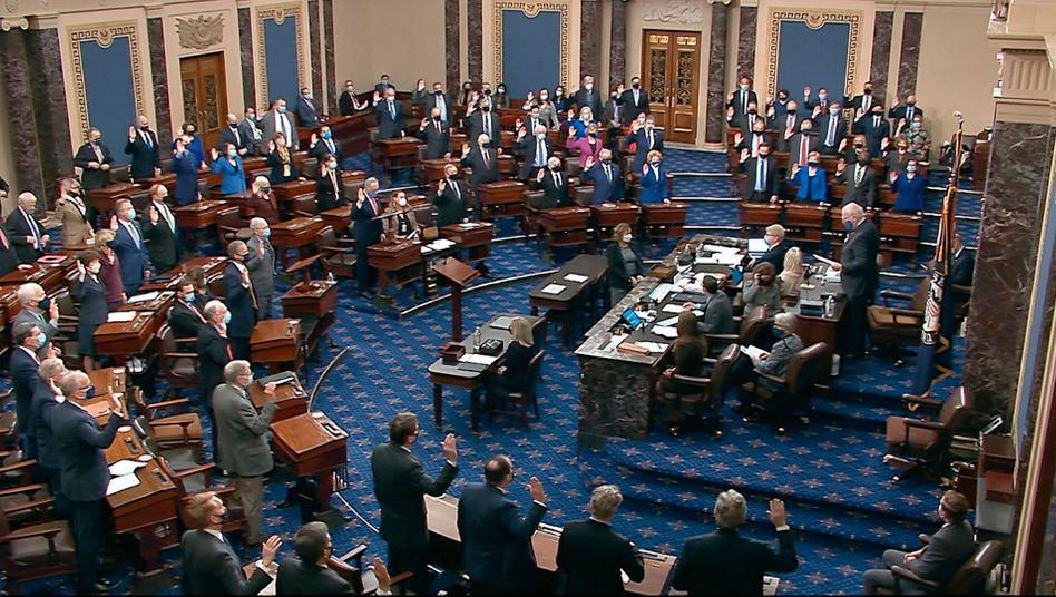 Der demokratische Vorsitzende des Impeachments, Patrick Leahy (r.), bei der Vereidigung der Mitglieder des Senats