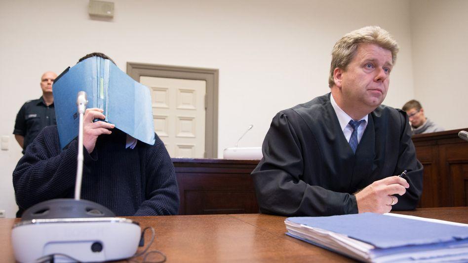 """Sascha K. (l.) neben seinem Anwalt Peter Jacobi: """"Erschrocken über sich selbst"""""""