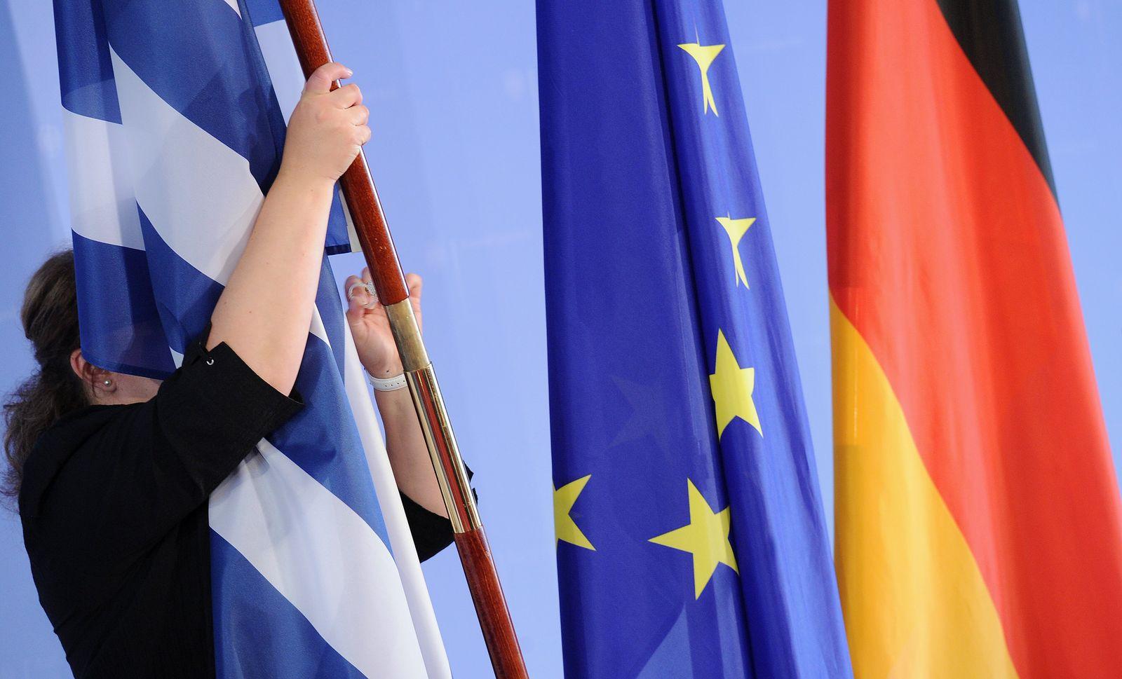Griechische Flagge mit EU- und BRD-Fahne