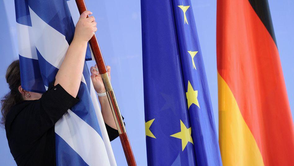 Griechische Fahne neben EU- und Deutschlandfahne: Angst vor der Transferunion