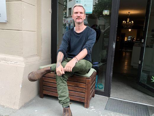 Ahmed Bukebudral betreibt die Reinigung Chez Monsieur in Hamburg. Wegen Corona musste er einen Standort schließen.