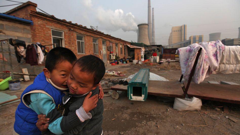 Siedlung nahe einem Kraftwerk in Peking: China ist der weltweit größte CO2-Verursacher