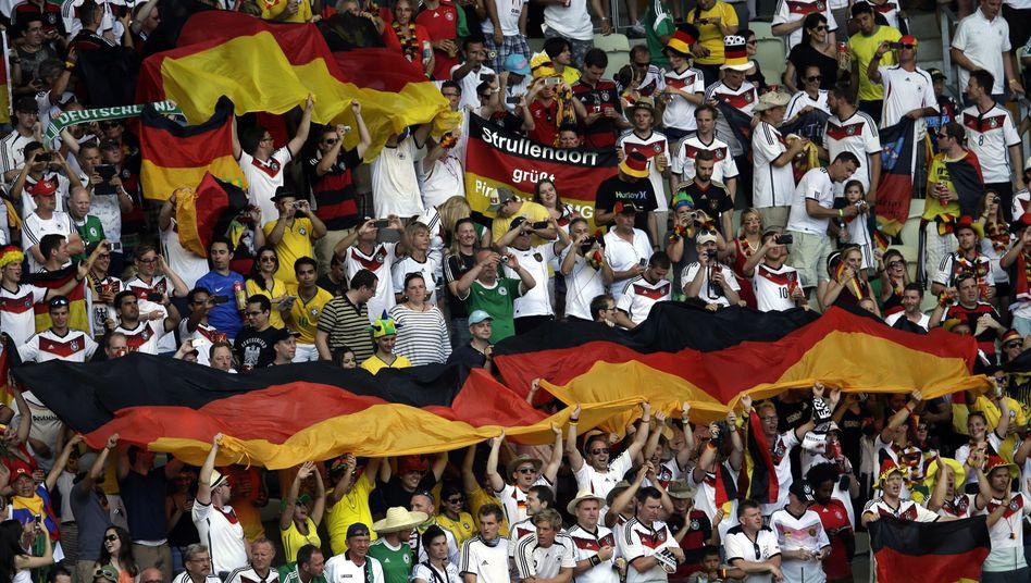 Deutsche Anhänger beim Spiel gegen Ghana: Diskussion um Blackfacing