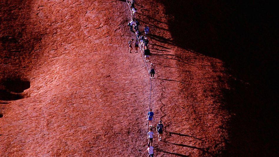 Touristen besteigen den heiligen Felsen der Aborigines: Bald ist das untersagt