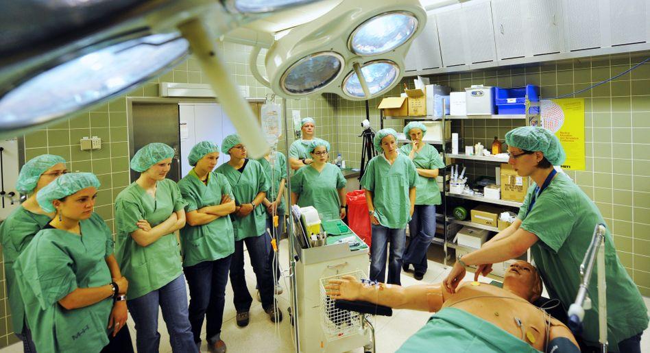 Medizinstudenten im Einsatz: Ein teures Studium - auch für die Unis