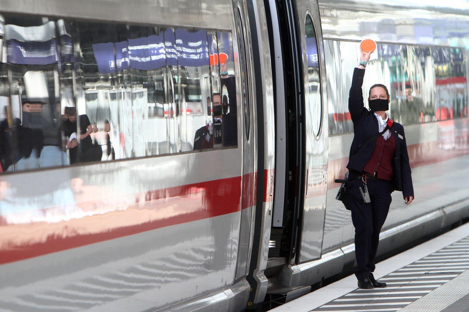 Zugbegleiterin der DB Deutsche n Bahn AG trägt während der Zugabfertigung eines ICE eine Mund Nase Bedeckung im Hauptba