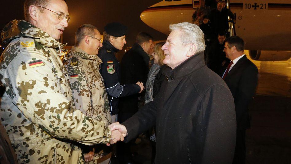 Gauck in Afghanistan: Begrüßung durch Bundeswehrsoldaten