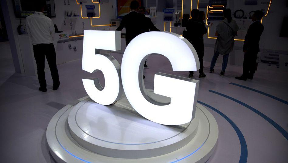 5G-Zeichen an einem Messewerbestand