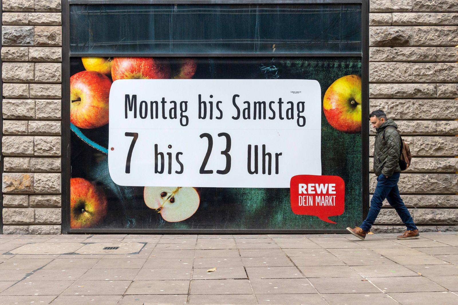 DEU, Deutschland, Baden-W¸rttemberg, Stuttgart, 11.12.2019: ÷ffnungszeiten des Supermarketes REWE von 7 bis 23 ge?ffnet.