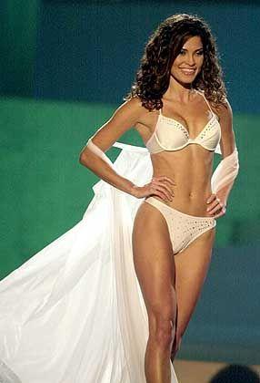 Miss Universum 2002, Justine Pasek, überreichte ihrer Nachfolgerin die Krone