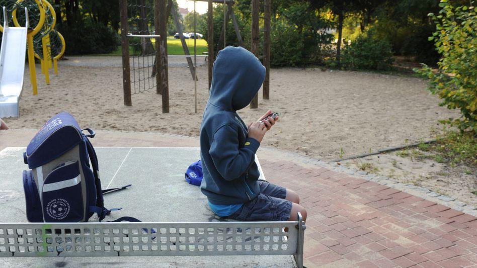 Junge sitzt auf einer Tischtennisplatte in Berlin (Symbolbild)