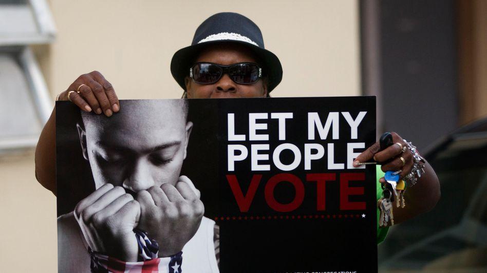 """""""Let my people vote"""": Wählerin Betty James zeigt ein Protest-Plakat in Florida"""
