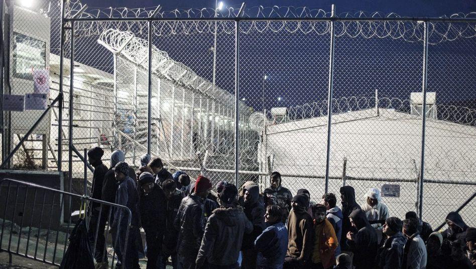 Flüchtlinge vor dem Registrierungszentrum in Moria auf Lesbos: »Nicht nach Bulgarien«