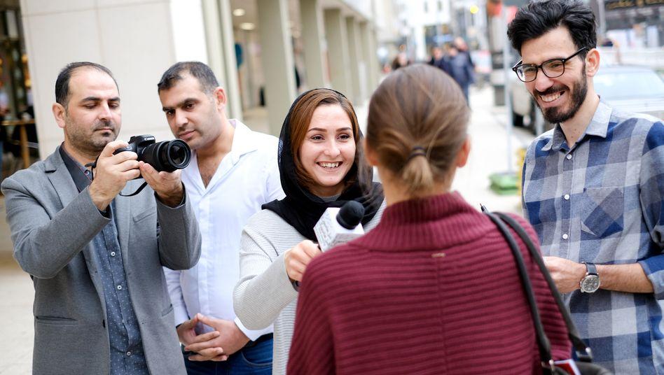 """Journalistin Nilab Langar (Mitte, mit Mikrofon): Wie übersetzt man """"Homeoffice"""" ins Persische?"""