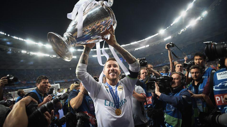 Sergio Ramos mit einer der vier Champions-League-Trophäen, die er mit Real Madrid gewann