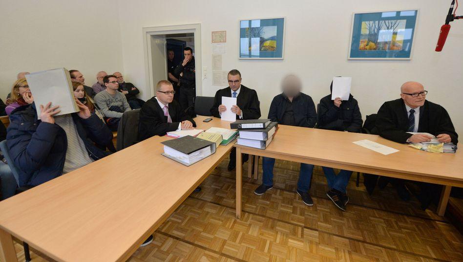 Angeklagte mit Anwälten im Amtsgericht Bremervörde