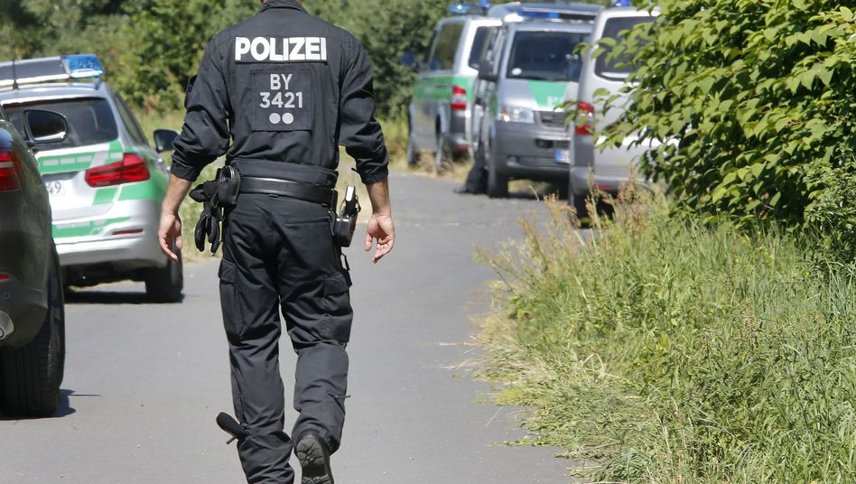 Ein Polizist am Tatort des Angriffs