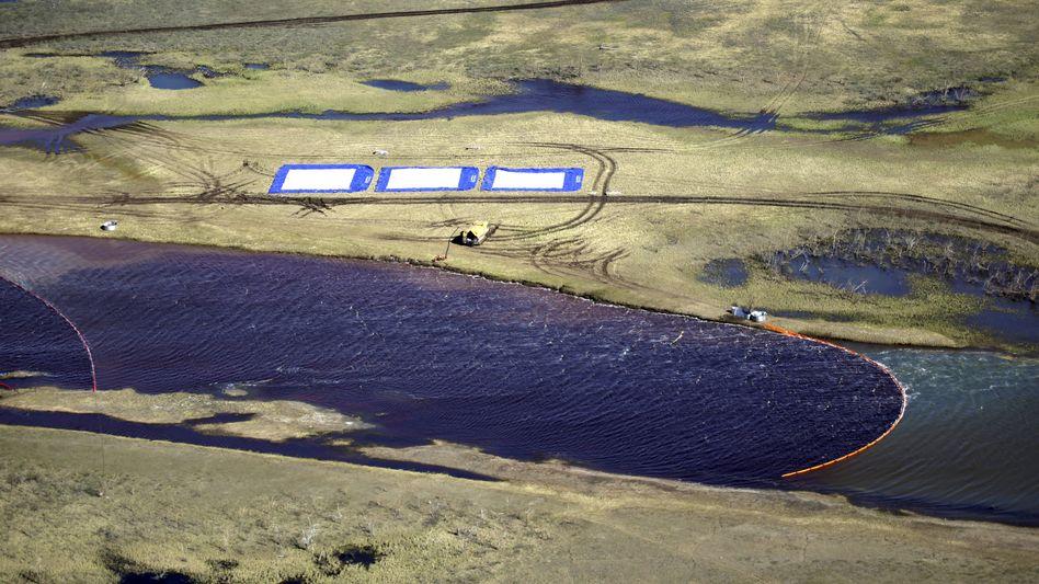 Verschmutzter Fluss Ambarnaja: Ölsperren sollen den Diesel zurückhalten