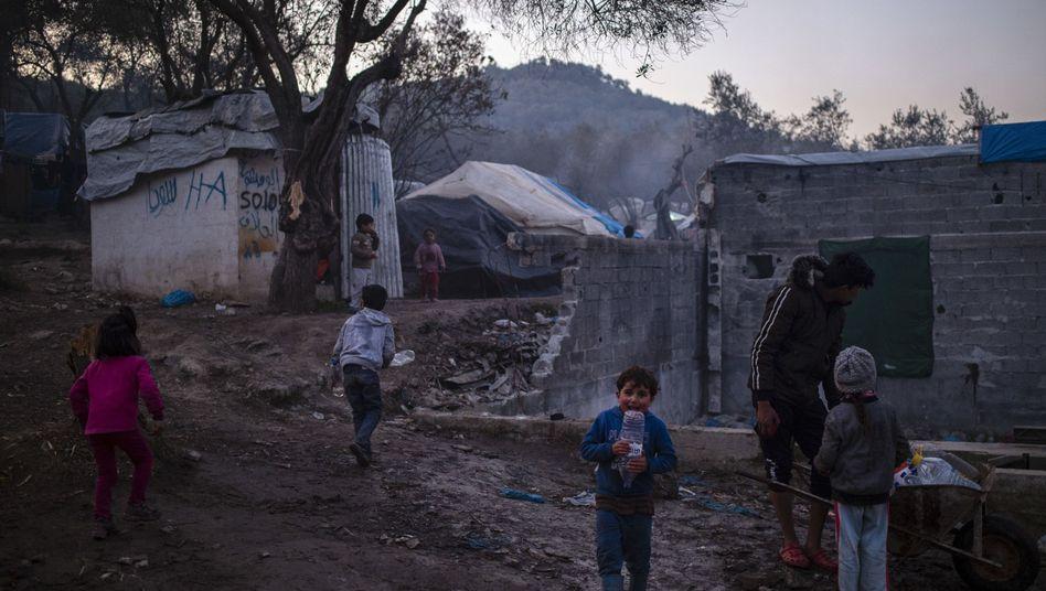 Lager auf Lesbos: Kinder spielen neben provisorischen Unterkünften