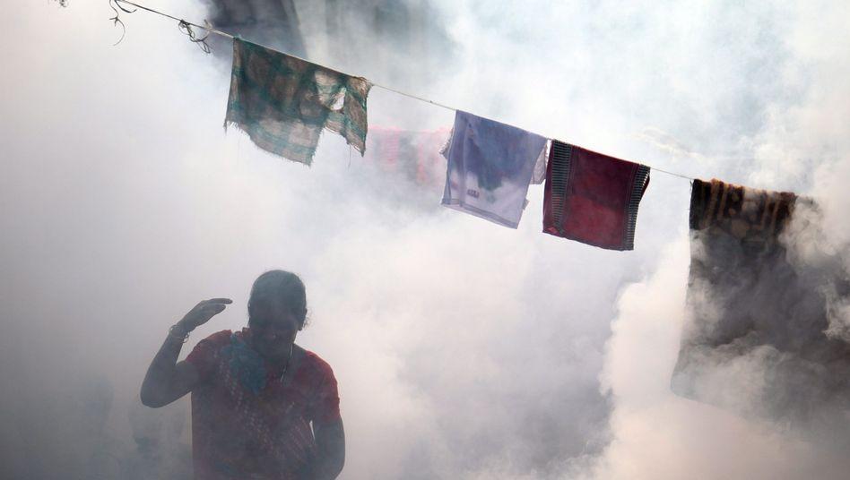 Mit Insektenschutzmitteln Malaria bekämpfen: Szene im indischen Mumbai (Archiv)