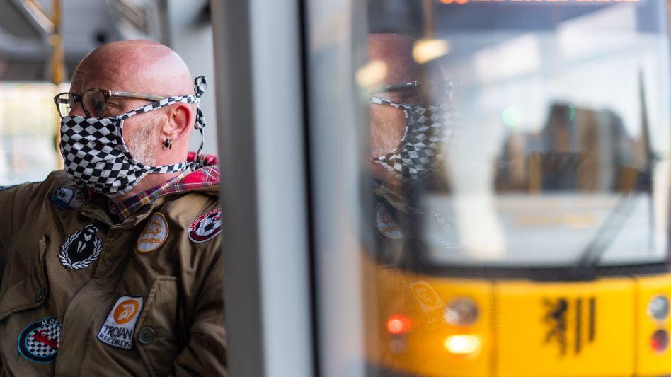 Fahrgast im ÖPNV mit Gesichtsmaske