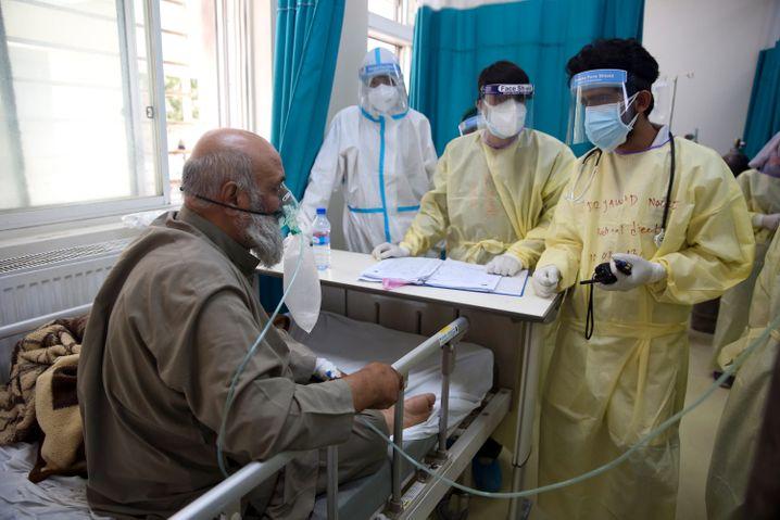 Ein Patient ist an einen Sauerstofftank auf einer Intensivstation in Kabul angeschlossen