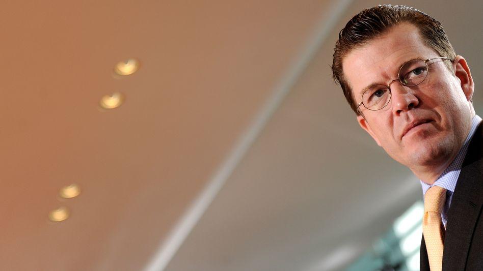 Verteidigungsminister Guttenberg: Immer neue Vorwürfe