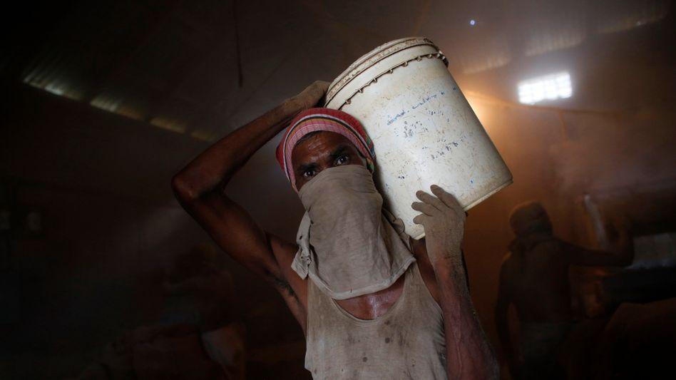Zigarettenfabrik in Bangladesch: 840 Millionen verdienen unter zwei Dollar täglich