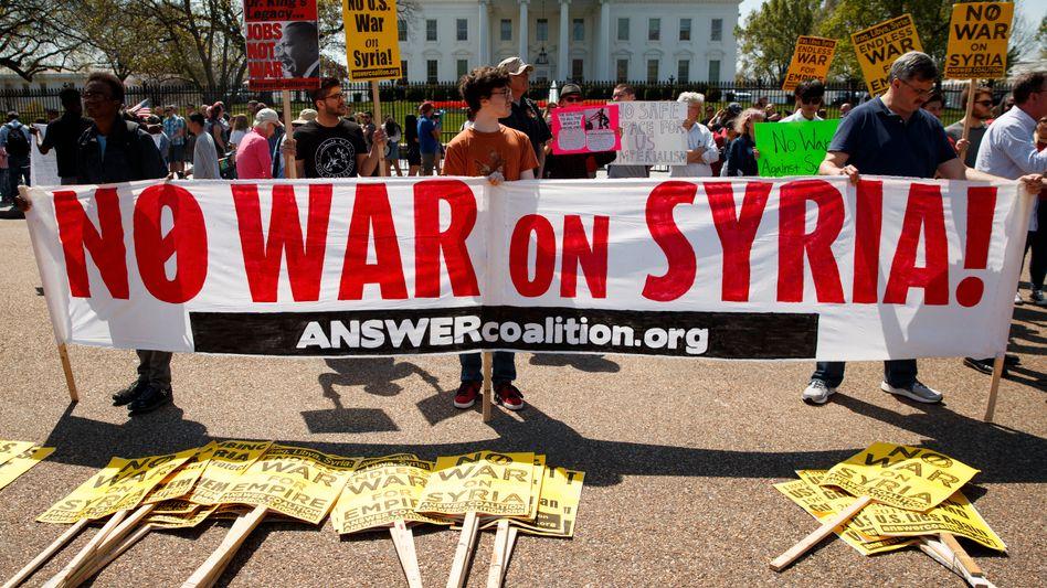 Demonstranten protestieren vor dem Weißen Haus gegen einen Krieg mit Syrien