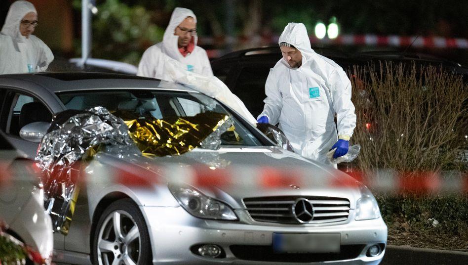 Forensiker am 20. Februar 2020 vor dem Auto von Vili-Viorel Paun, der den Täter verfolgte und dabei starb