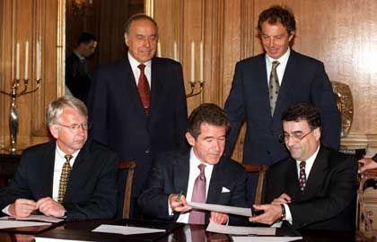 Browne und Blair bei Vertragsunterzeichung mit dem aserbaidschanischen Staatschef, Mitte 1998 in Downing Street No. 10: Nicht nur George W. Bush hat eine Erdöl-Connection
