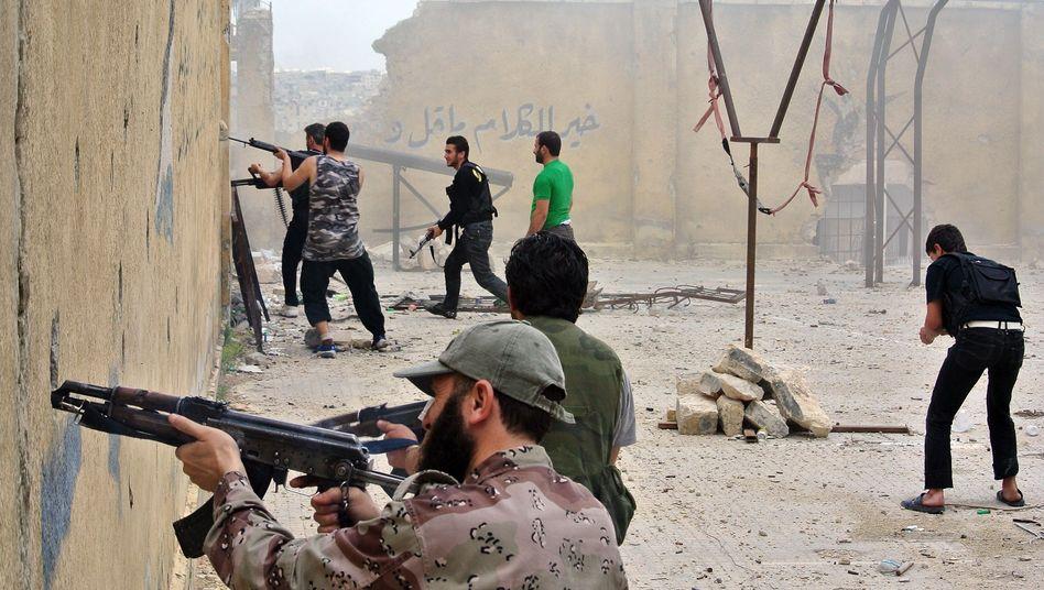 Rebellenkämpfer in Aleppo: Beide Seiten begehen Verbrechen und filmen sie