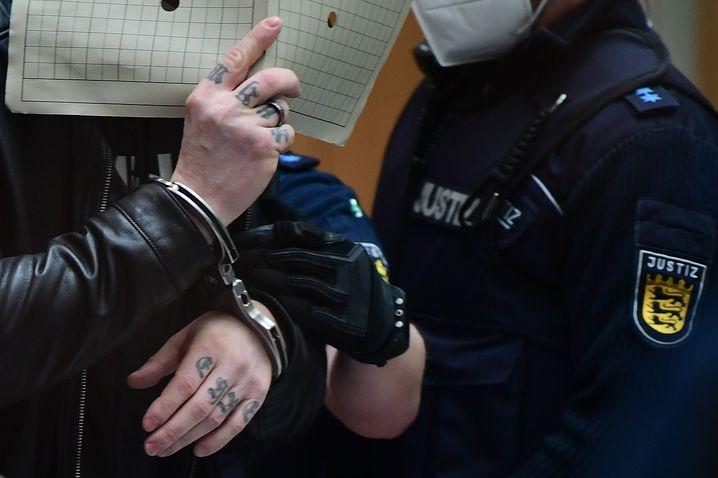 Angeklagter Steffen B.: Auf seinen Fingern hat er »Ruhm« und »Ehre« eintätowiert
