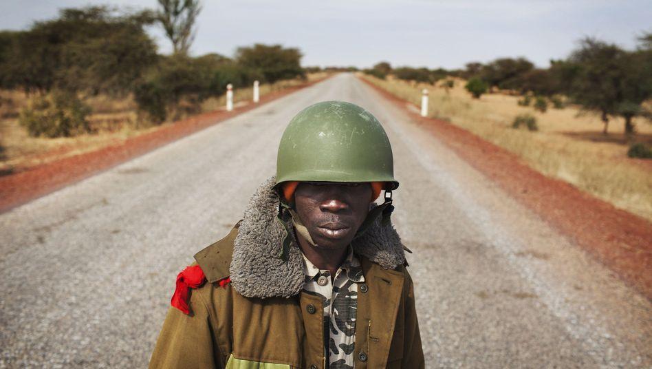 Ein malischer Soldat kontrolliert eine Straße nahe Sévaré: Armee kaum handlungsfähig