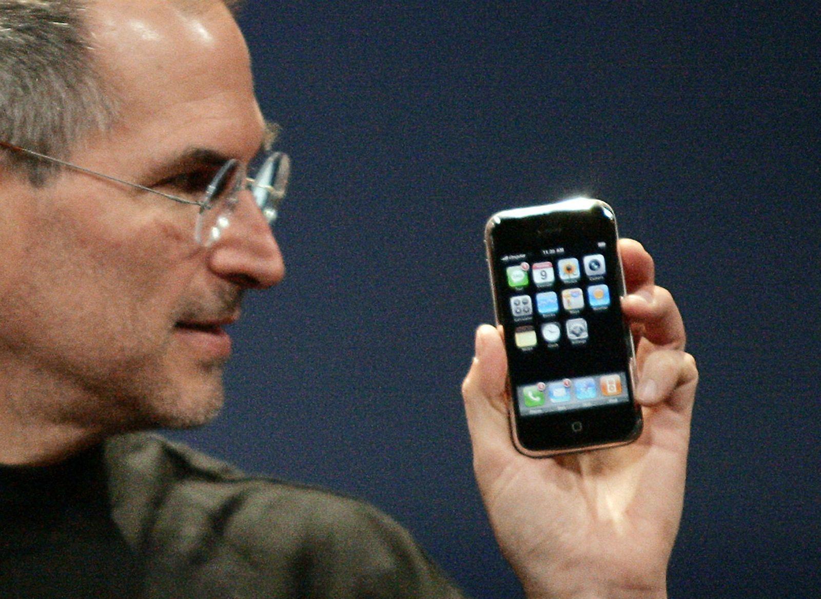 NUR FÜR EINESTAGES - Steve Jobs mit iPhone