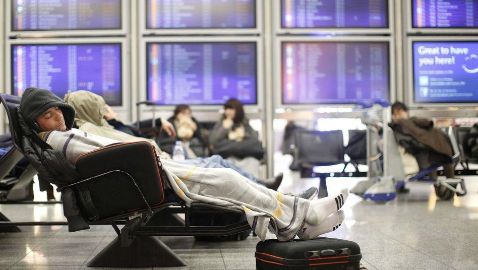 Wartende Passagiere (am Frankfurter Flughafen)