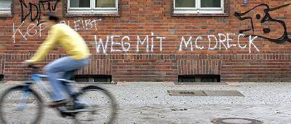 Graffiti an der Fassade des Postamtes Skalitzer Straße in Berlin: In dem Gebäude soll es bald Burger geben
