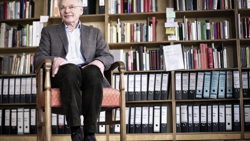 Autor Aly in seinem Büro in Berlin: »Wir müssen moralische Maßstäbe neu definieren«