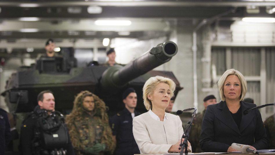 Ministerinnen von der Leyen und Hennis-Plasschaert: Verzahnung militärischer Einheiten
