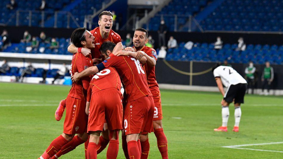 Die nordmazedonischen Spieler feiern ihren Erfolg