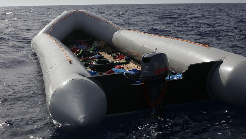 Zurückgelassenes Schlauchboot